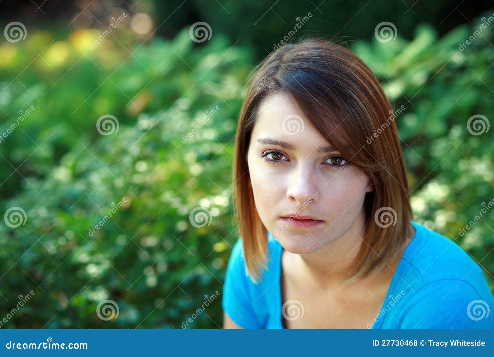 Wirkliches Mädchen mit ernstem Ausdruck