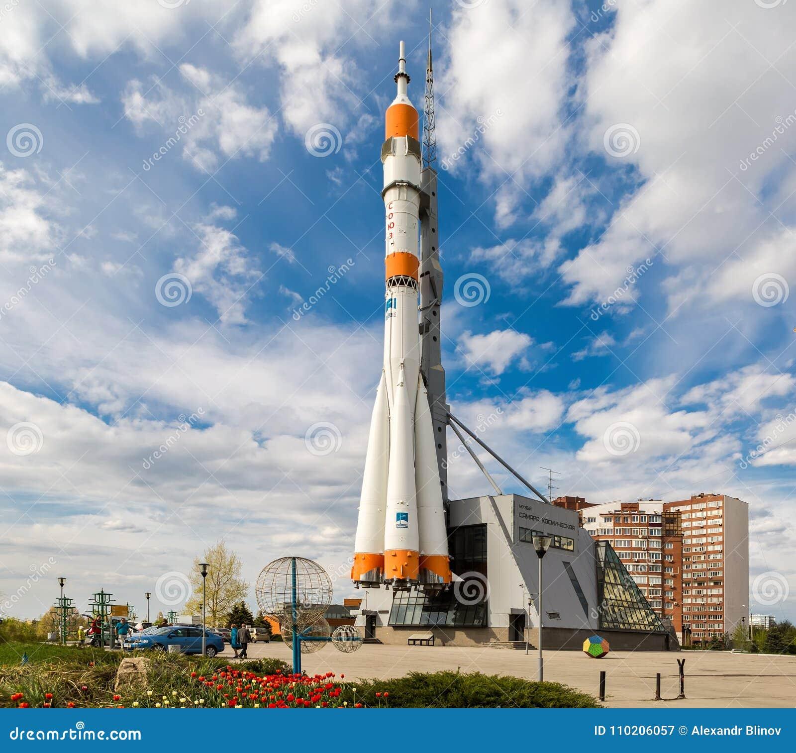 Wirkliches Soyuz-Raumfahrzeug als Monument am sonnigen Tag des Sommers