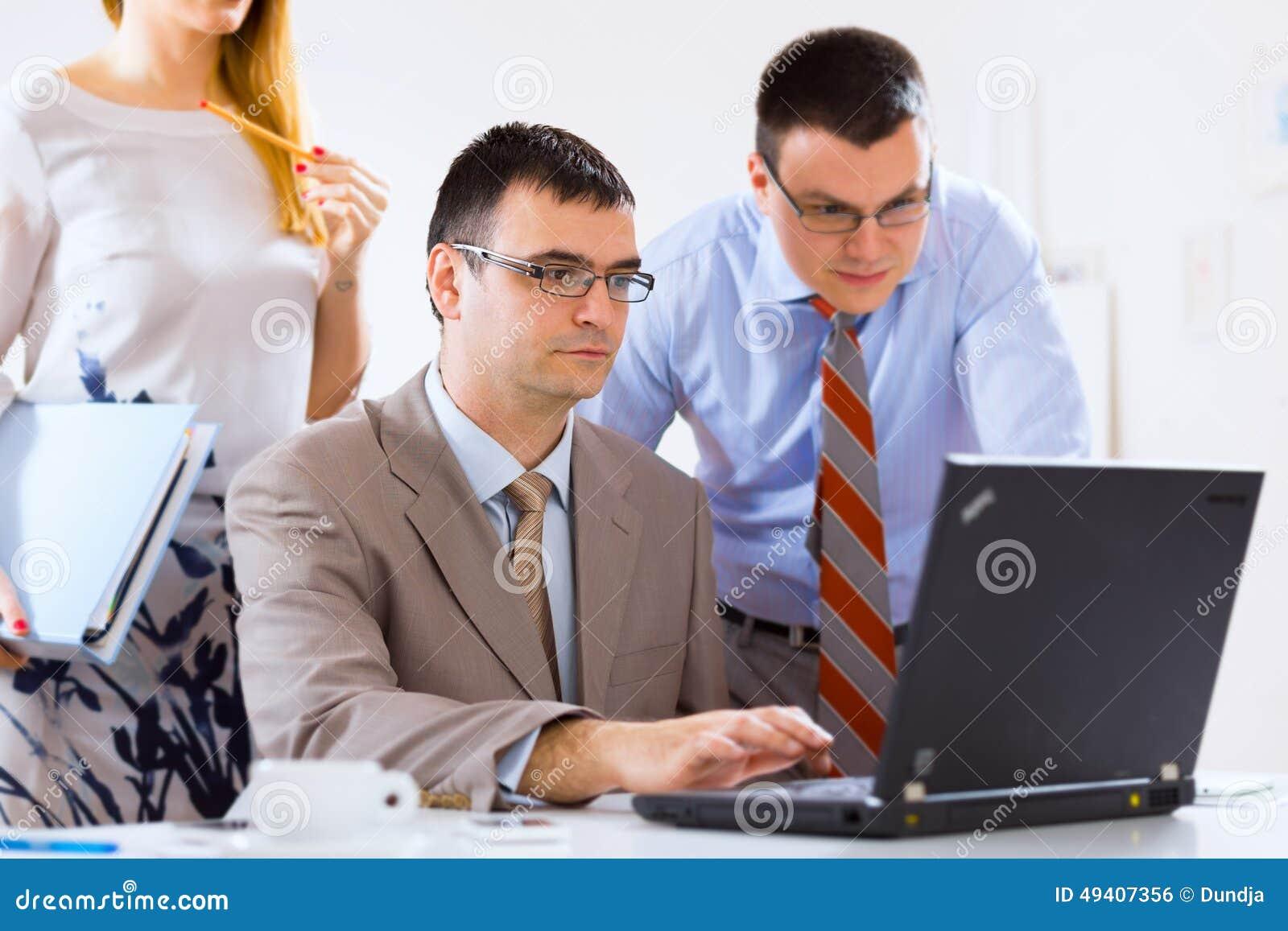 Download Wirtschaftlerarbeiten stockfoto. Bild von geschäftsmann - 49407356