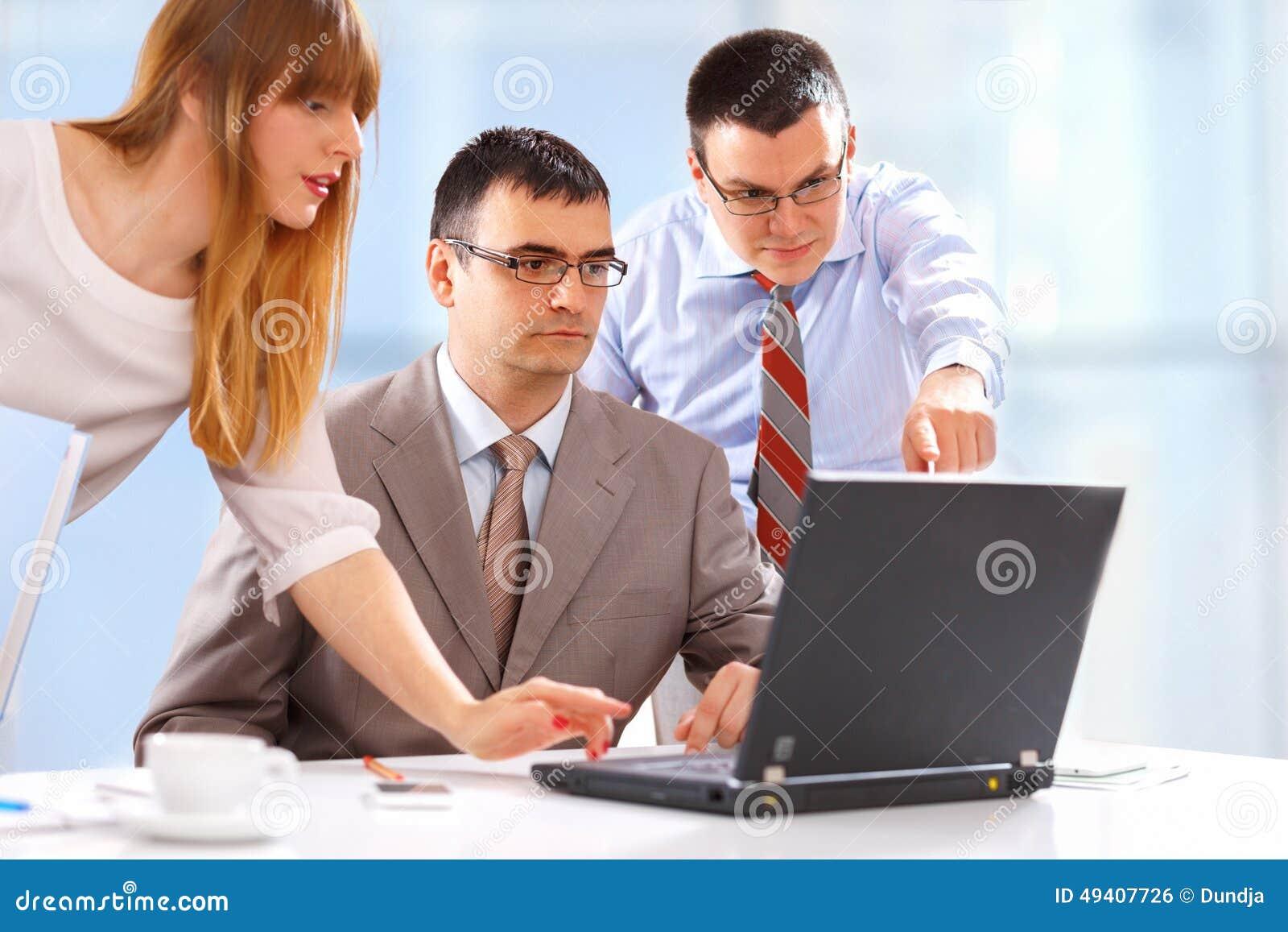 Download Wirtschaftlerarbeiten stockfoto. Bild von internet, organisiert - 49407726