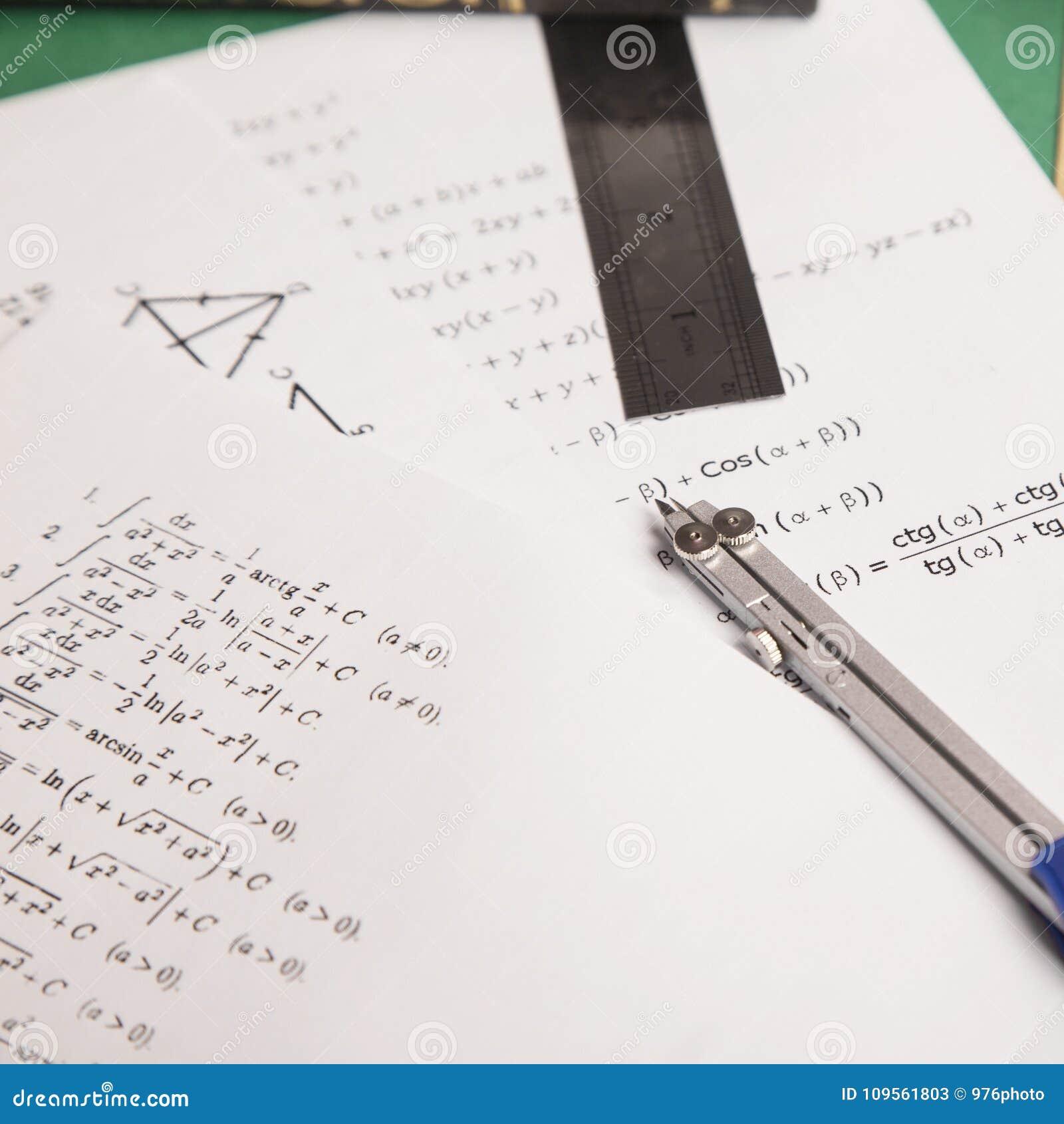 Wiskundeconcept op Groenboekachtergrond