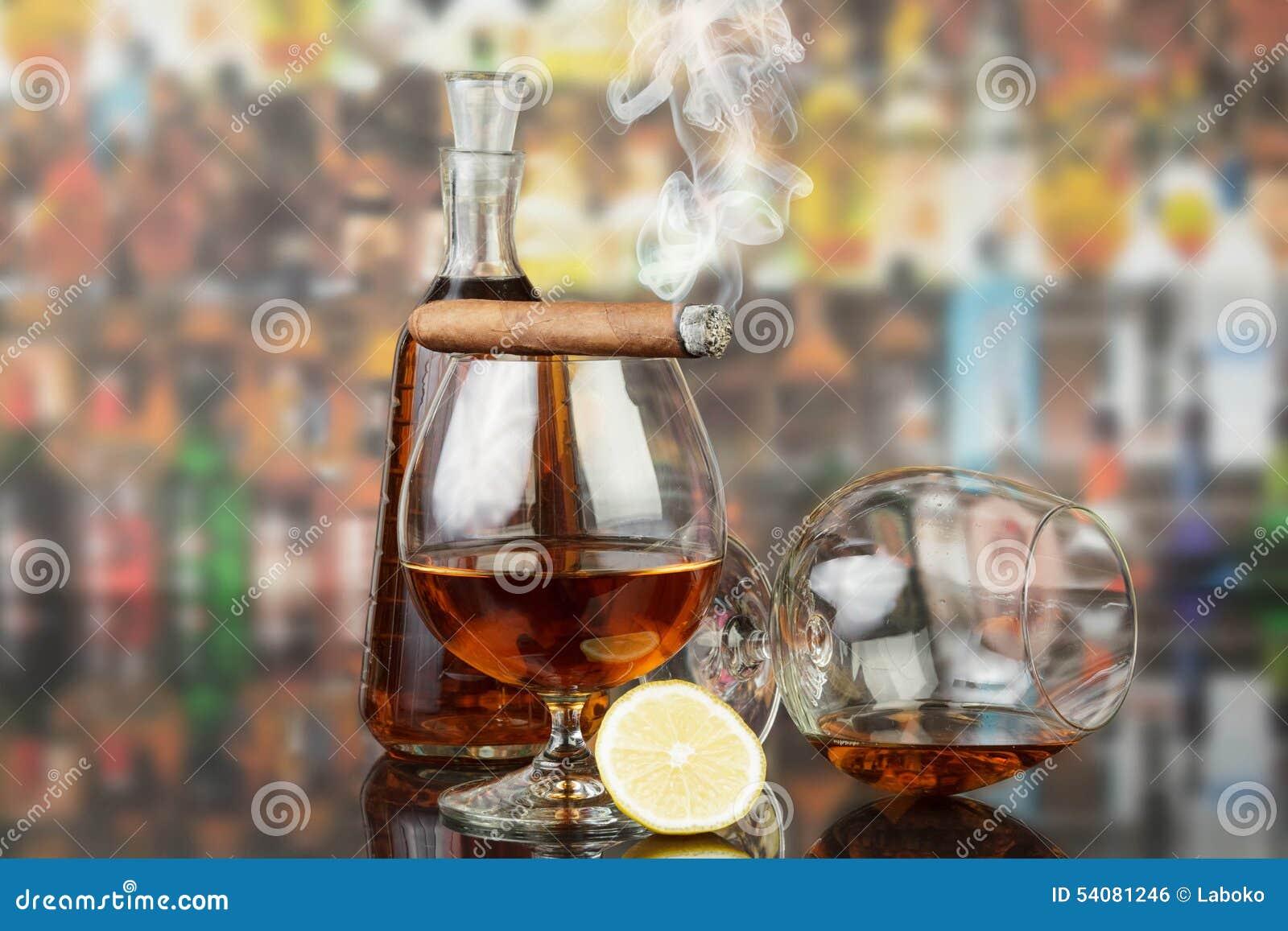 Wisky in glazen en sigaar