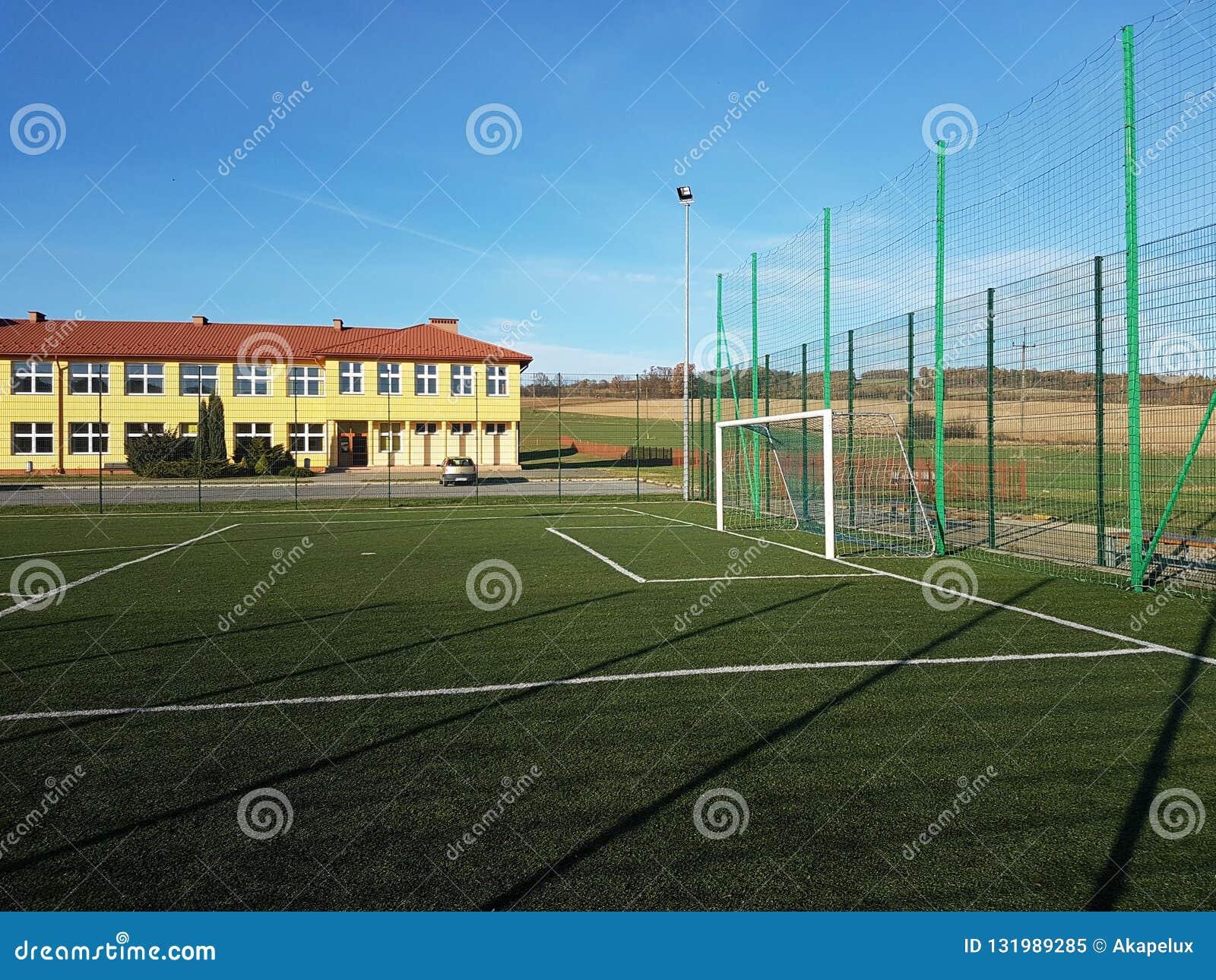Wisniowa, Polônia - 9 9 2018: Um estádio aberto no pátio de uma escola da vila Descarga da geração mais nova Ostenta o groun