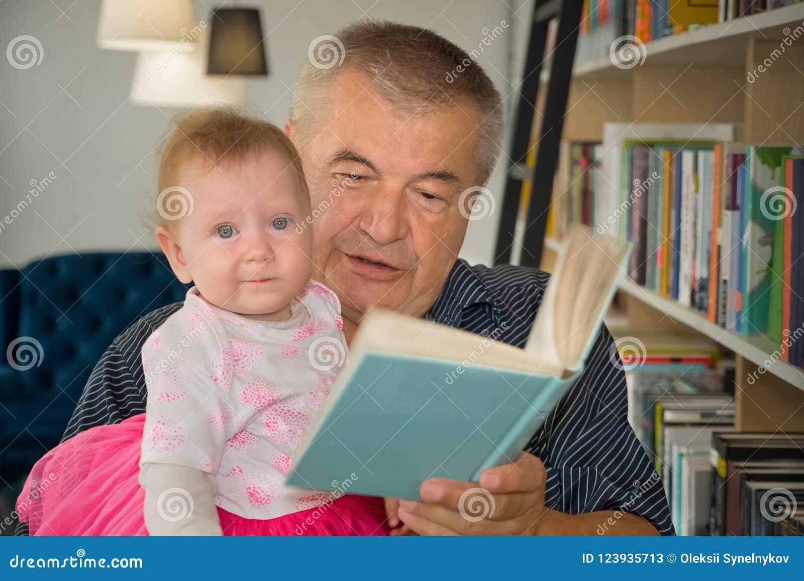 Wissen und Buch Glückliche Familie Wesentliche Werte