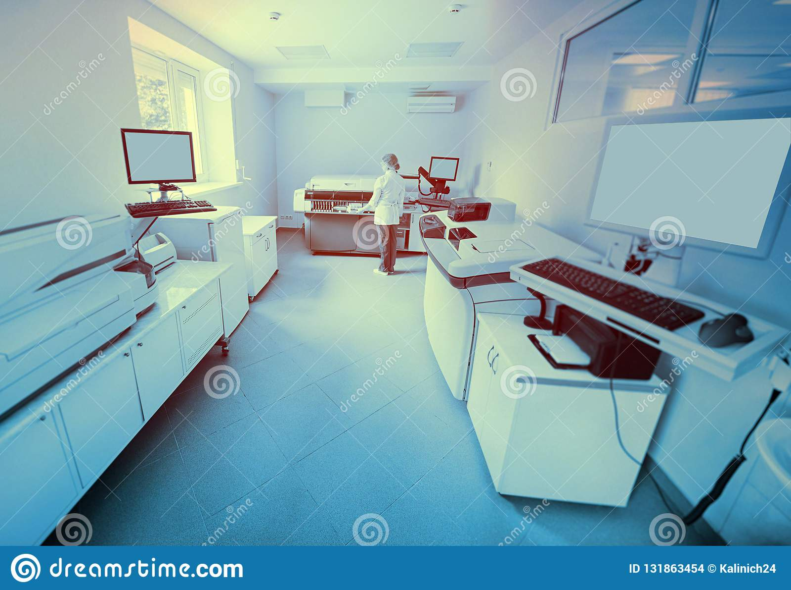 Wissenschaftler nahe dem Analysator in einem medizinischen mikrobiologischen Labor