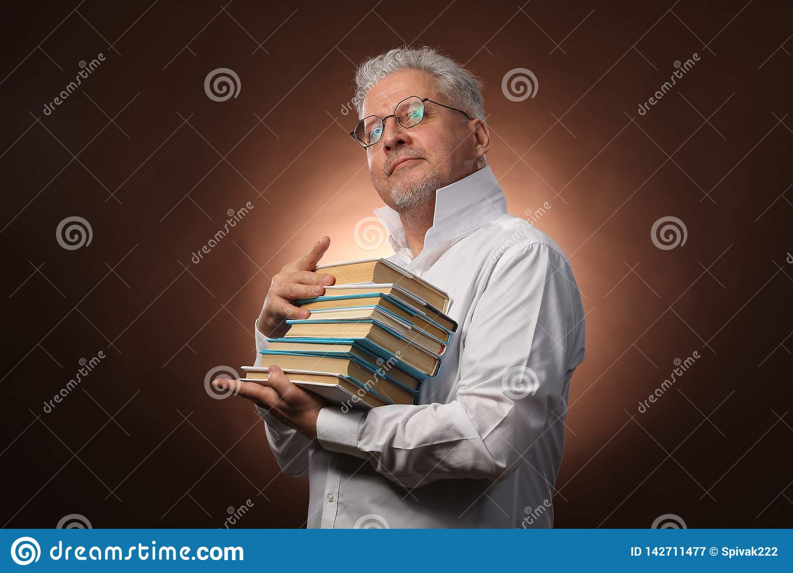 Wissenschaftlicher Denker, Philosophie, älterer grauhaariger Mann in einem weißen Hemd mit Bücher, mit Studiolicht