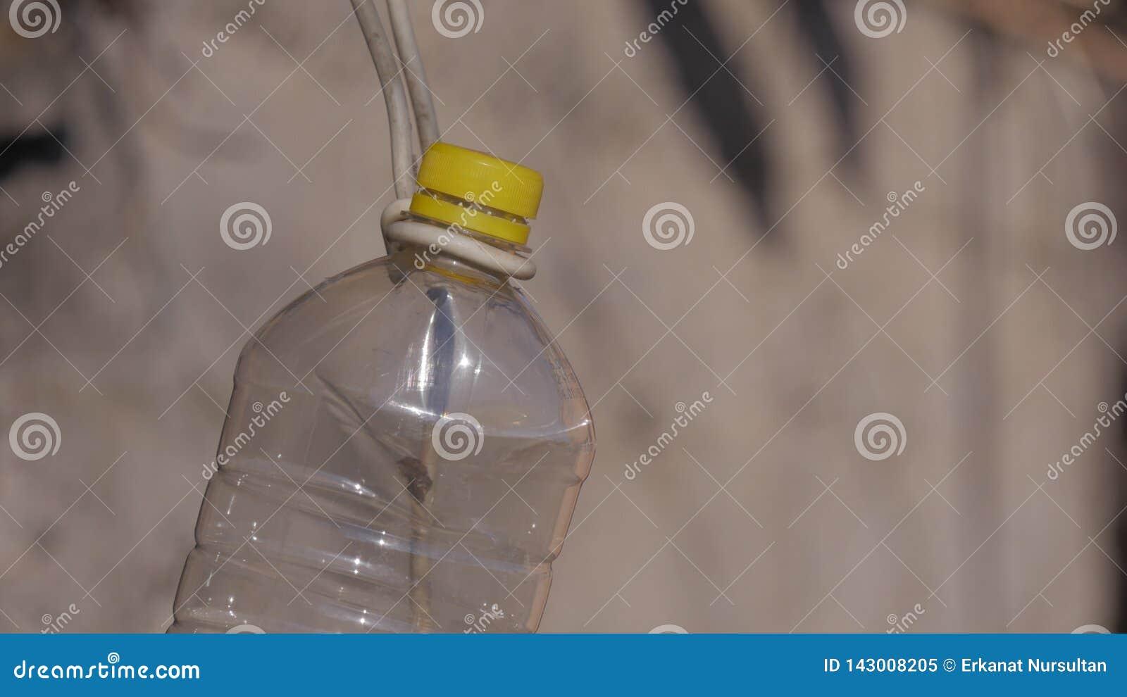 Wisząca plastikowa butelka