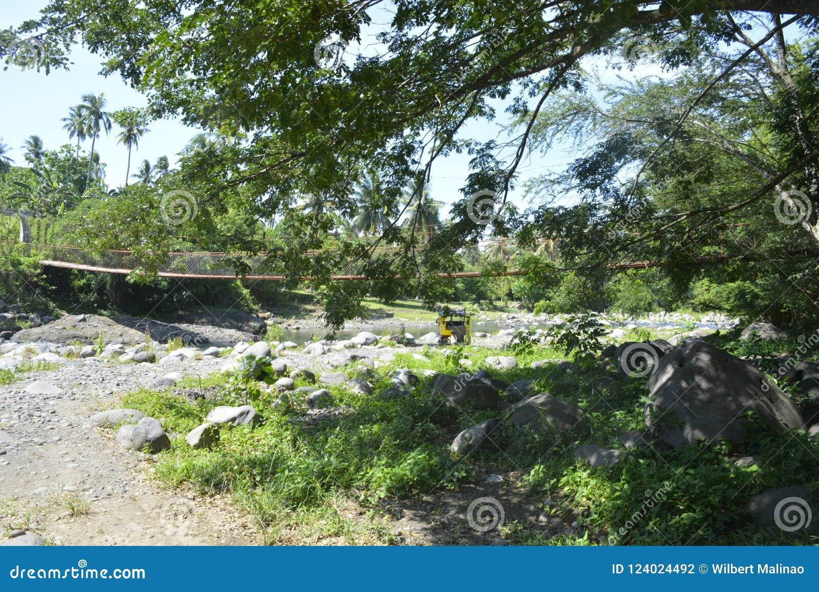 Wiszący most przy Ruparan rzeką, Digos miasto, Davao Del Sura, Filipiny