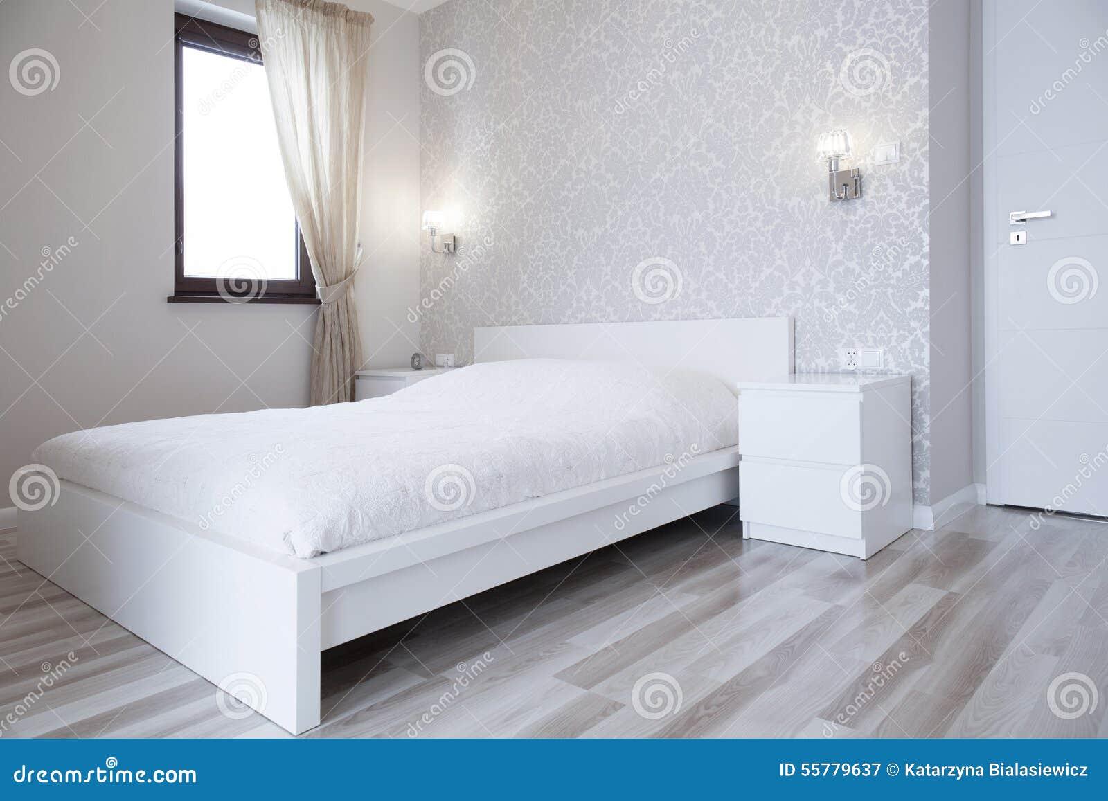 Wit bed in heldere slaapkamer stock afbeelding for Slaapkamer bed