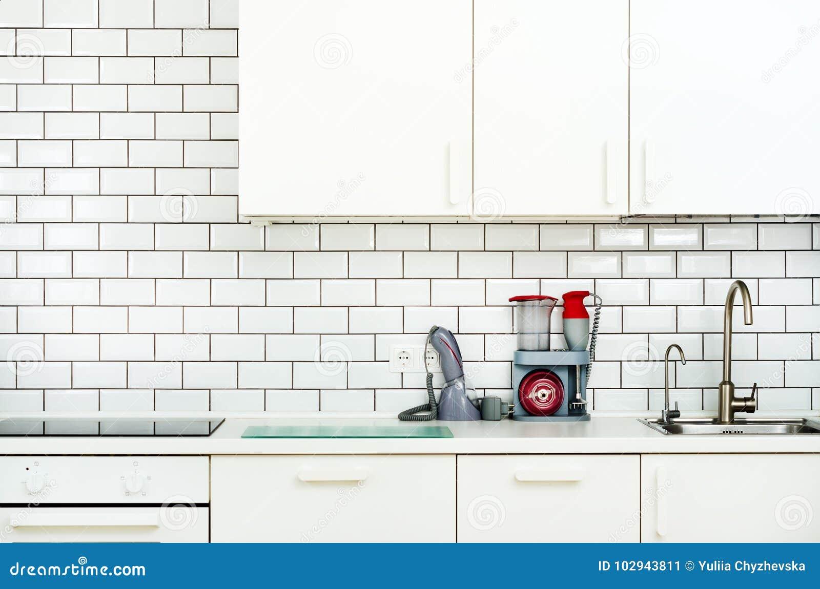 Wit binnenlands ontwerp, moderne en minimalistische stijlkeuken met huishoudapparaten Open plek in woonkamerhoogtepunt van