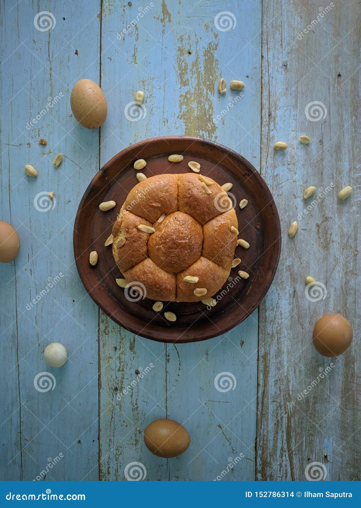 Wit brood met noten op kleiplaat