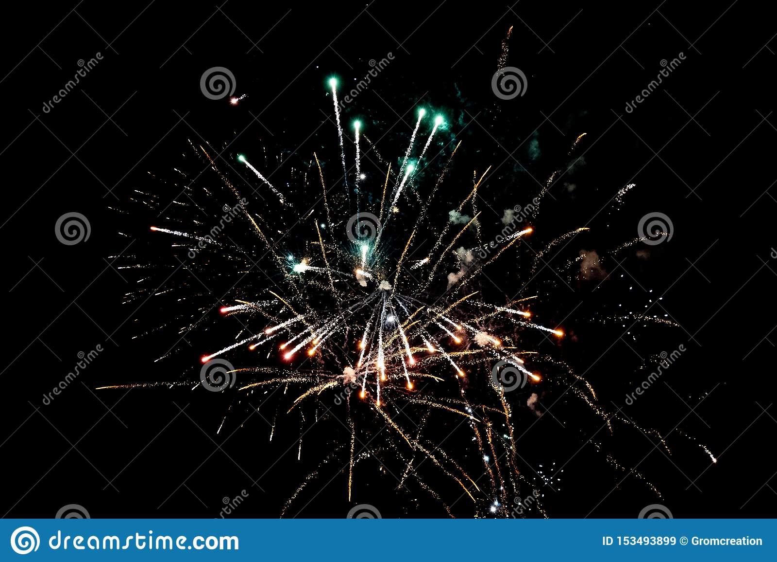 Wit en oranje pyrotechnic vuurwerk in de nacht