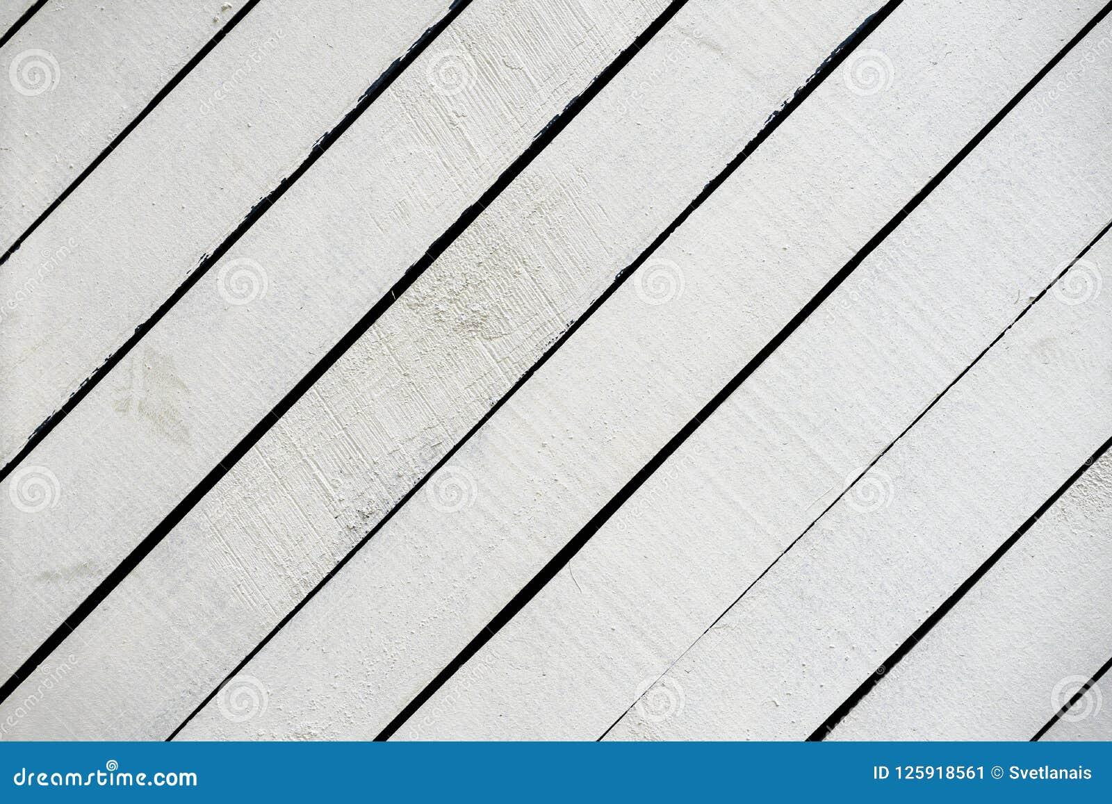 Wit geschilderd houten oppervlakteclose-up Rustieke natuurlijke houten diagonale planken met barsten, krassen voor modern ontwerp