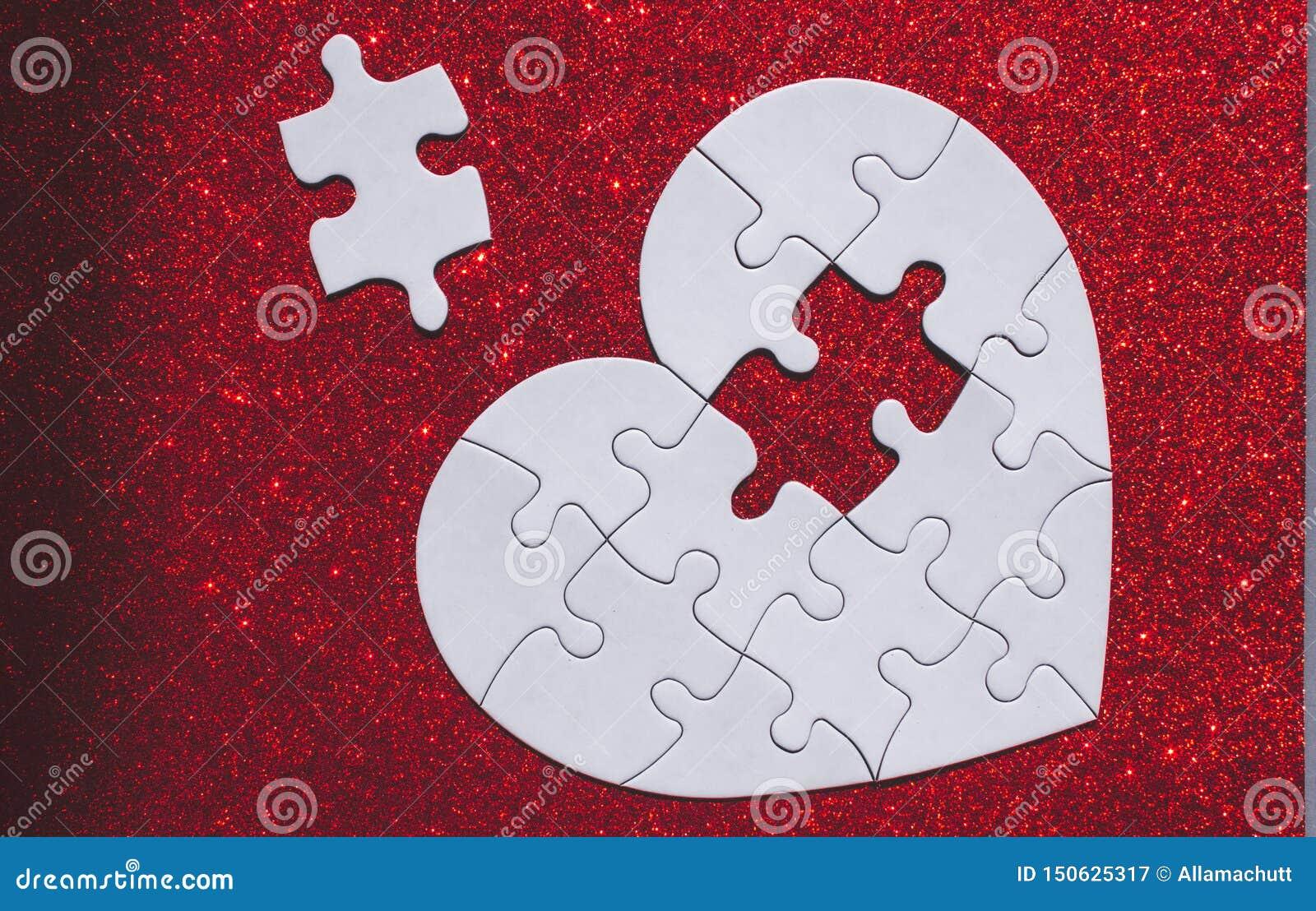 Wit hart gevormd raadsel op rode fonkelingsachtergrond