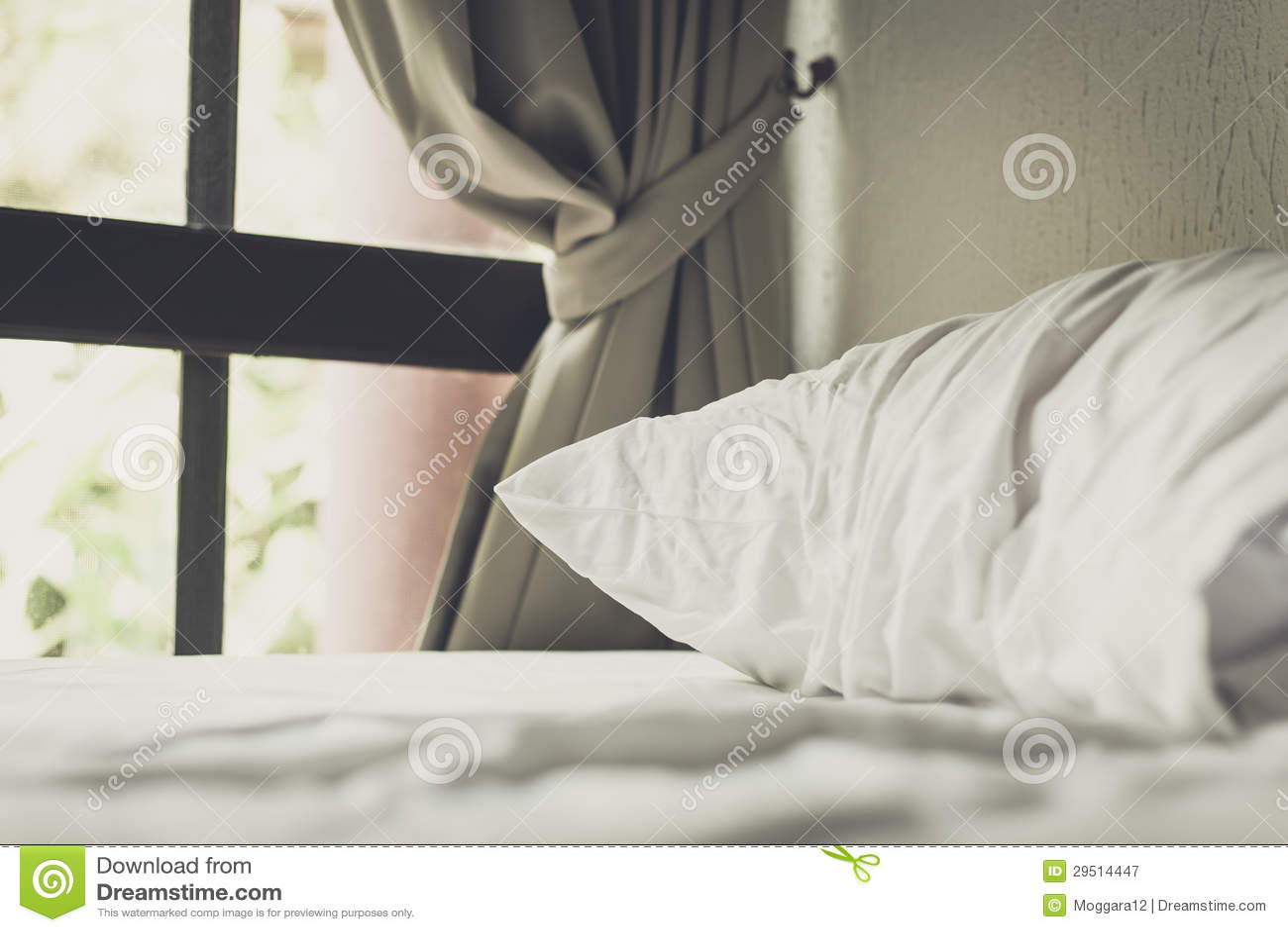 Wit hoofdkussen op bed in ruimte