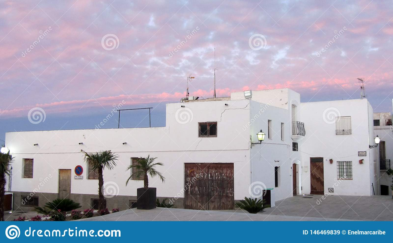 Wit huis en de roze Wolken bij montainstad