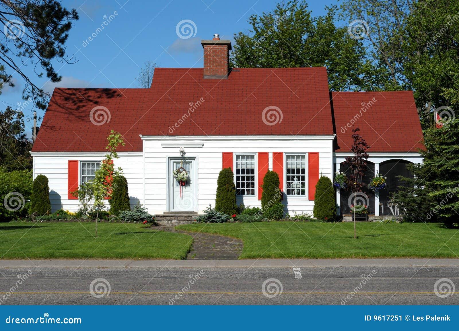 Carport Attached To House Wit Huis Met Rood Dak Stock Afbeelding Beeld 9617251
