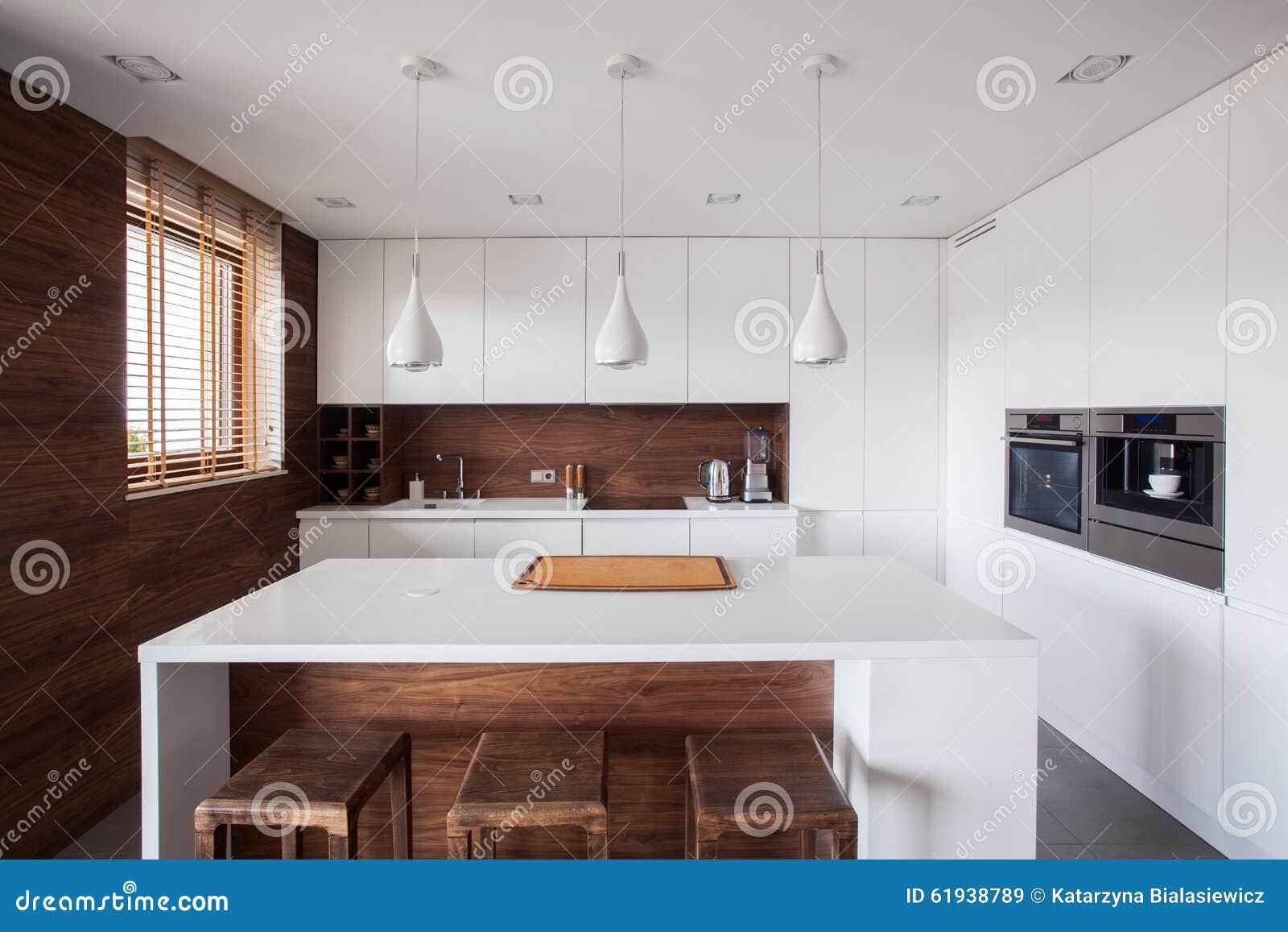 Witte keuken met eiland stock afbeeldingen   afbeelding: 10390424