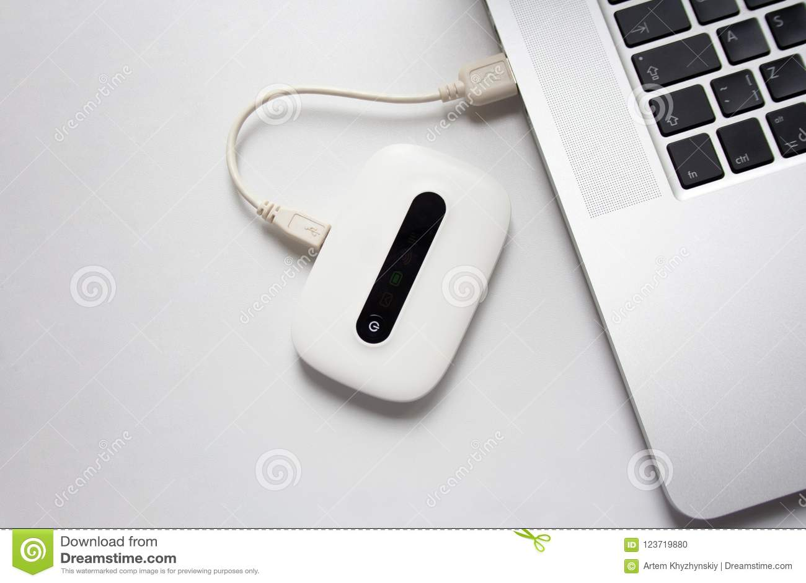 Wit mobiel die WiFi met laptop wordt verbonden