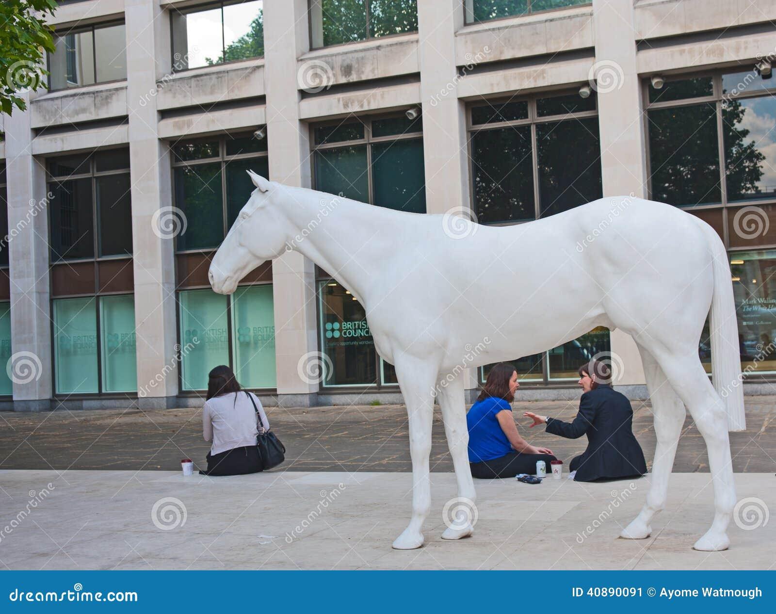 Wit paard buiten de Britse Raad Bureaus