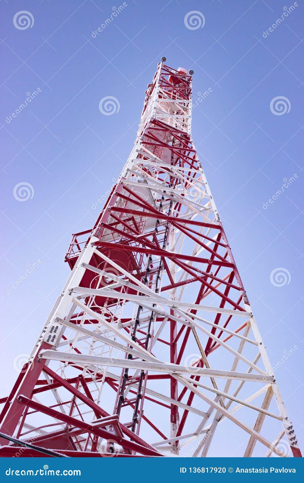 Wit-rode celtoren of mobiele toren op blauwe hemel die van bodem wordt geschoten