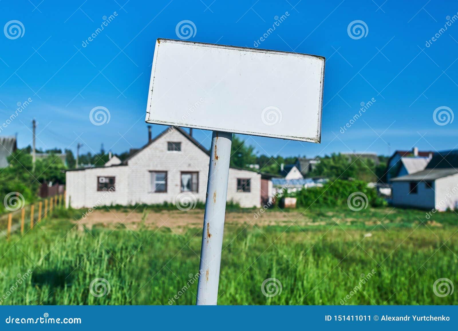 Wit teken met tekstgebied dichtbij wit huis