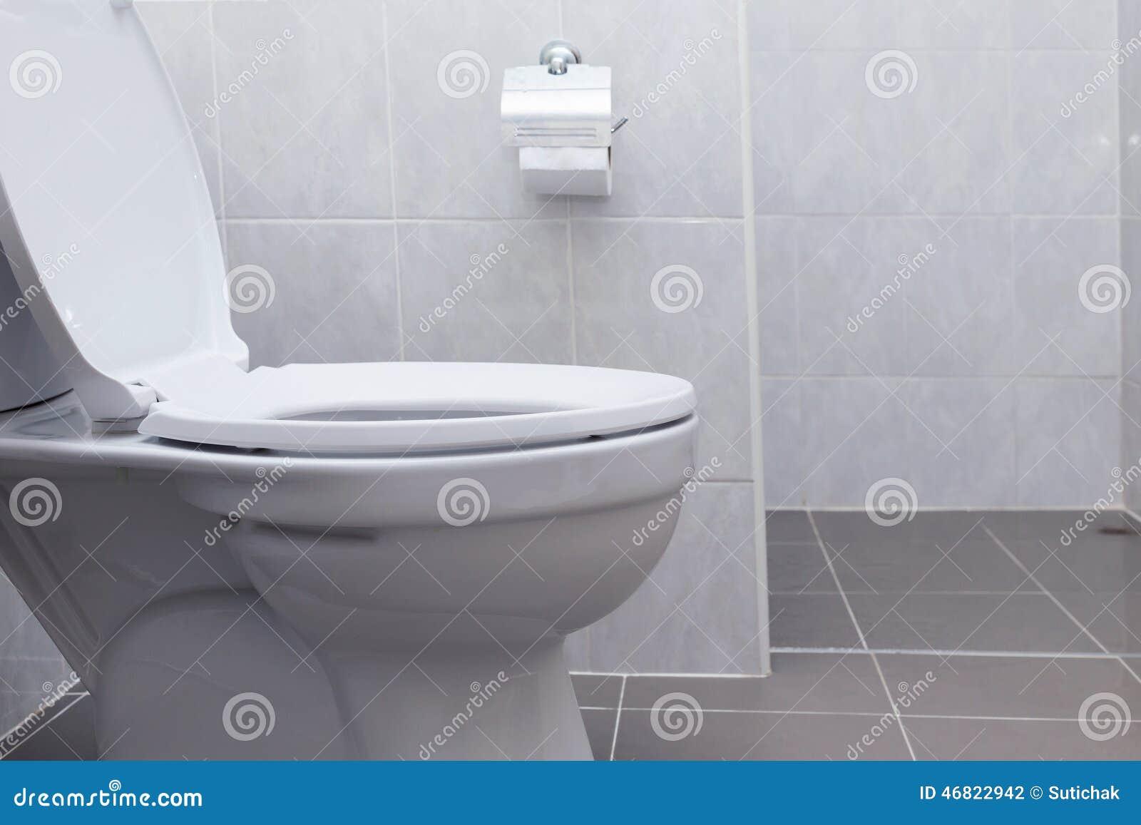 Wit toilet in moderne badkamers stock foto afbeelding 46822942 - Moderne toiletfotos ...