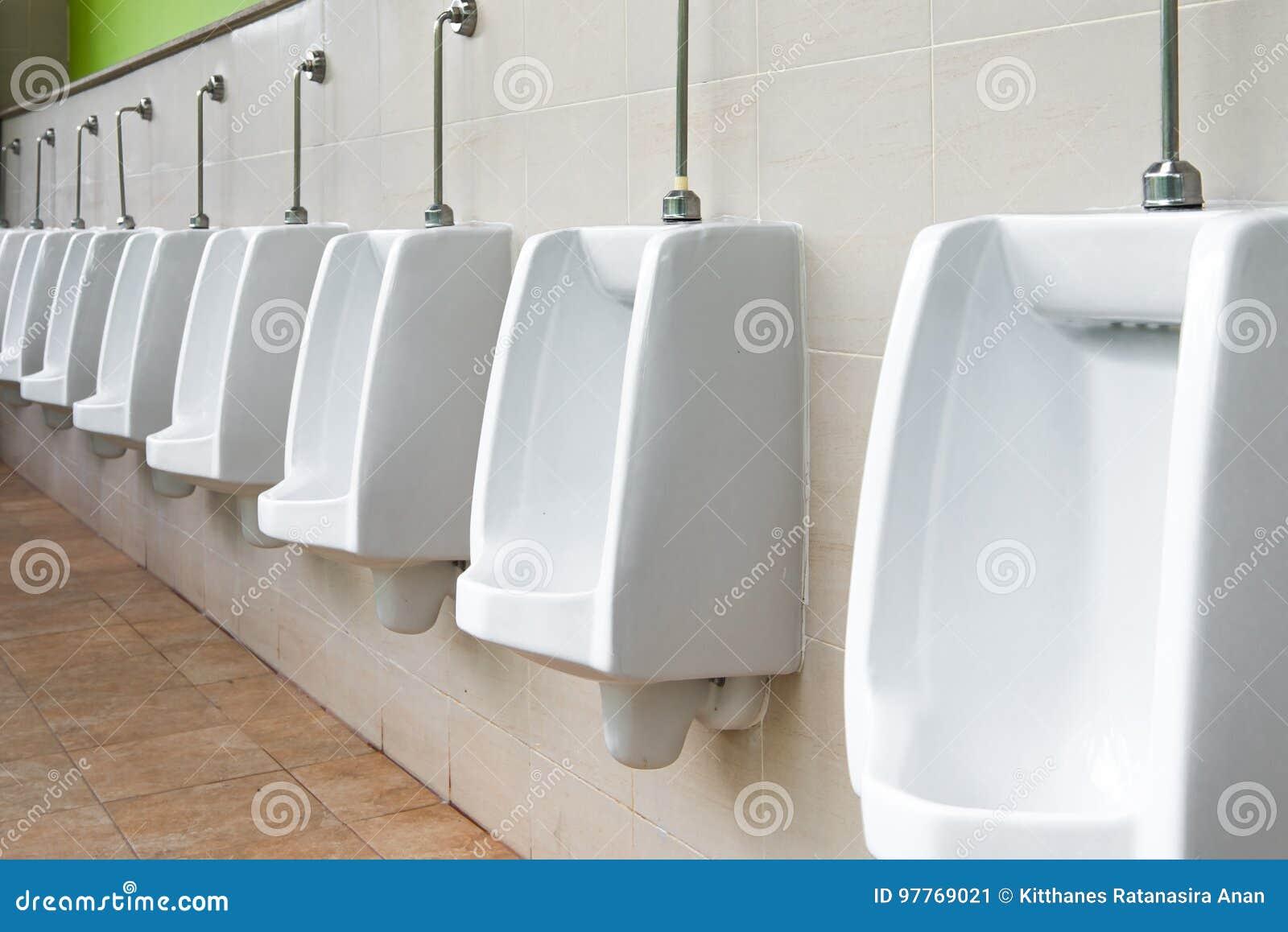 Wit Urinoir In Mensen` S Badkamers Stock Afbeelding - Afbeelding ...