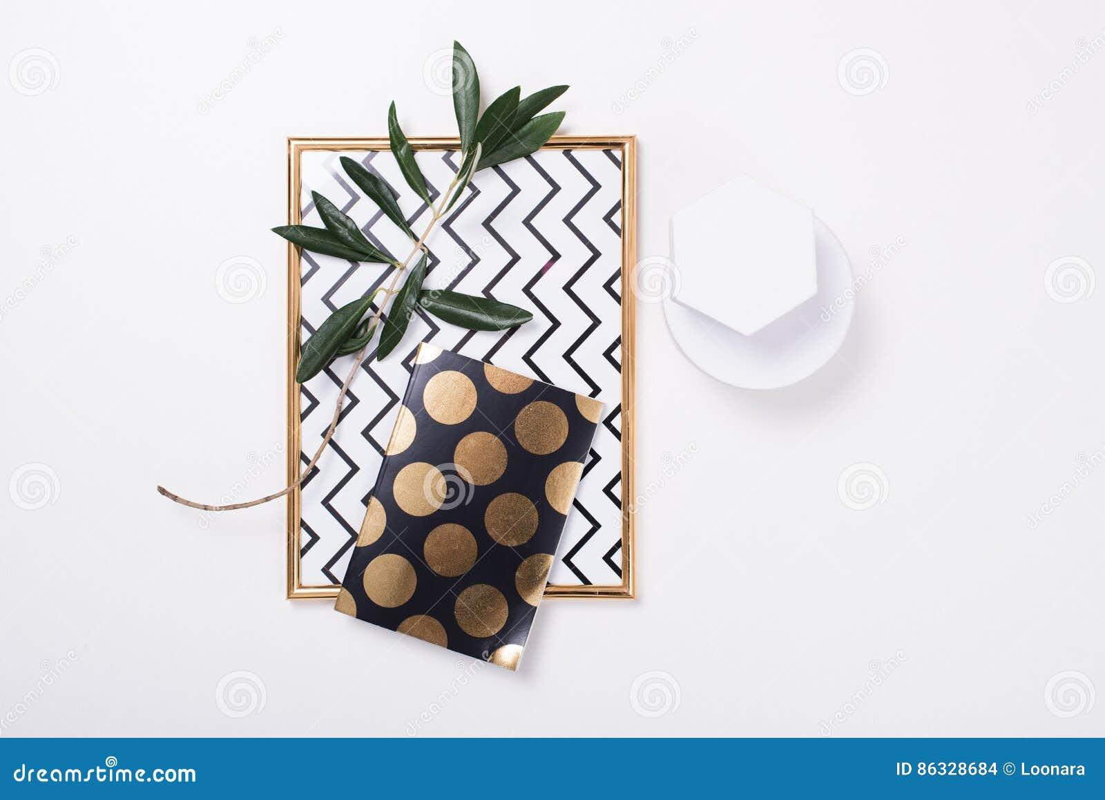 Wit vrouwelijk flatlay tafelblad
