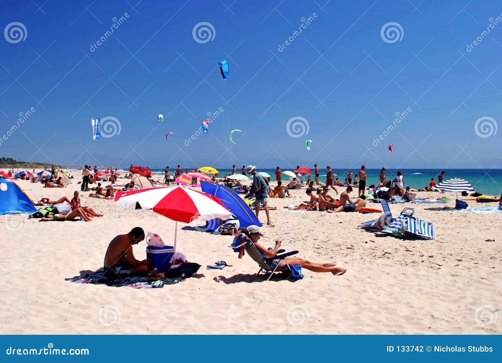 Wit, zonnig, zandig strandhoogtepunt van kitesurfers in Tarifa, Spanje