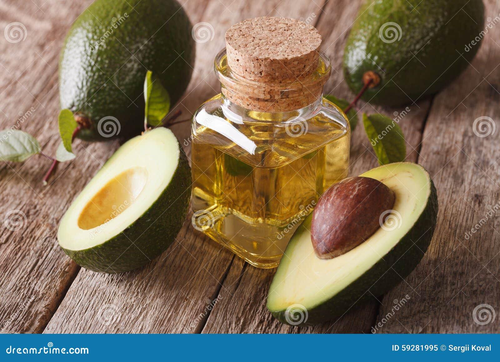 Witaminy avocado olej w szklanej butelce na stołowym zakończeniu, horiz