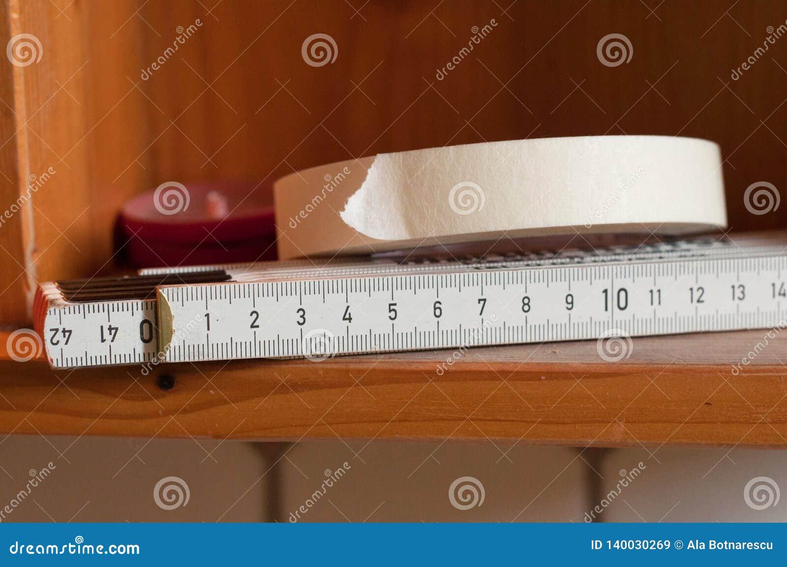 Witboekband en houten meter op de planken