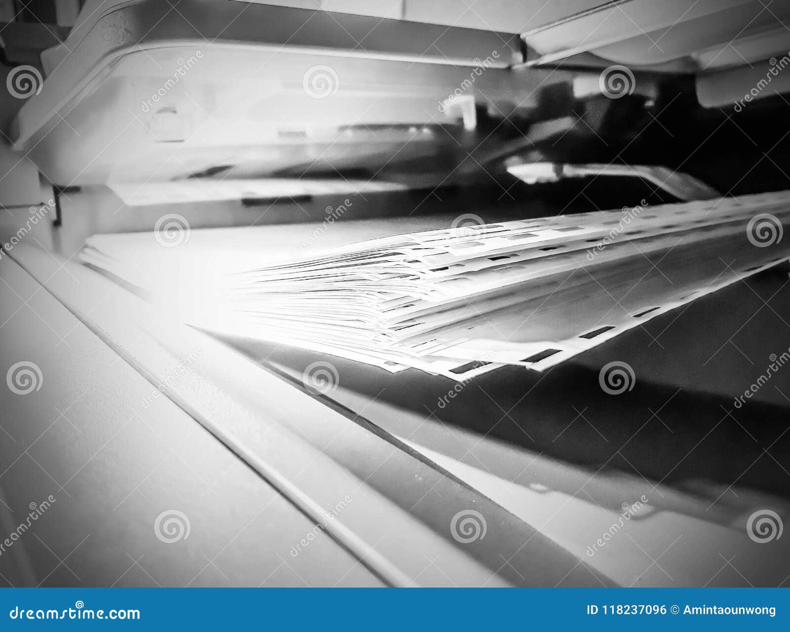 Witboekbladen op de printer