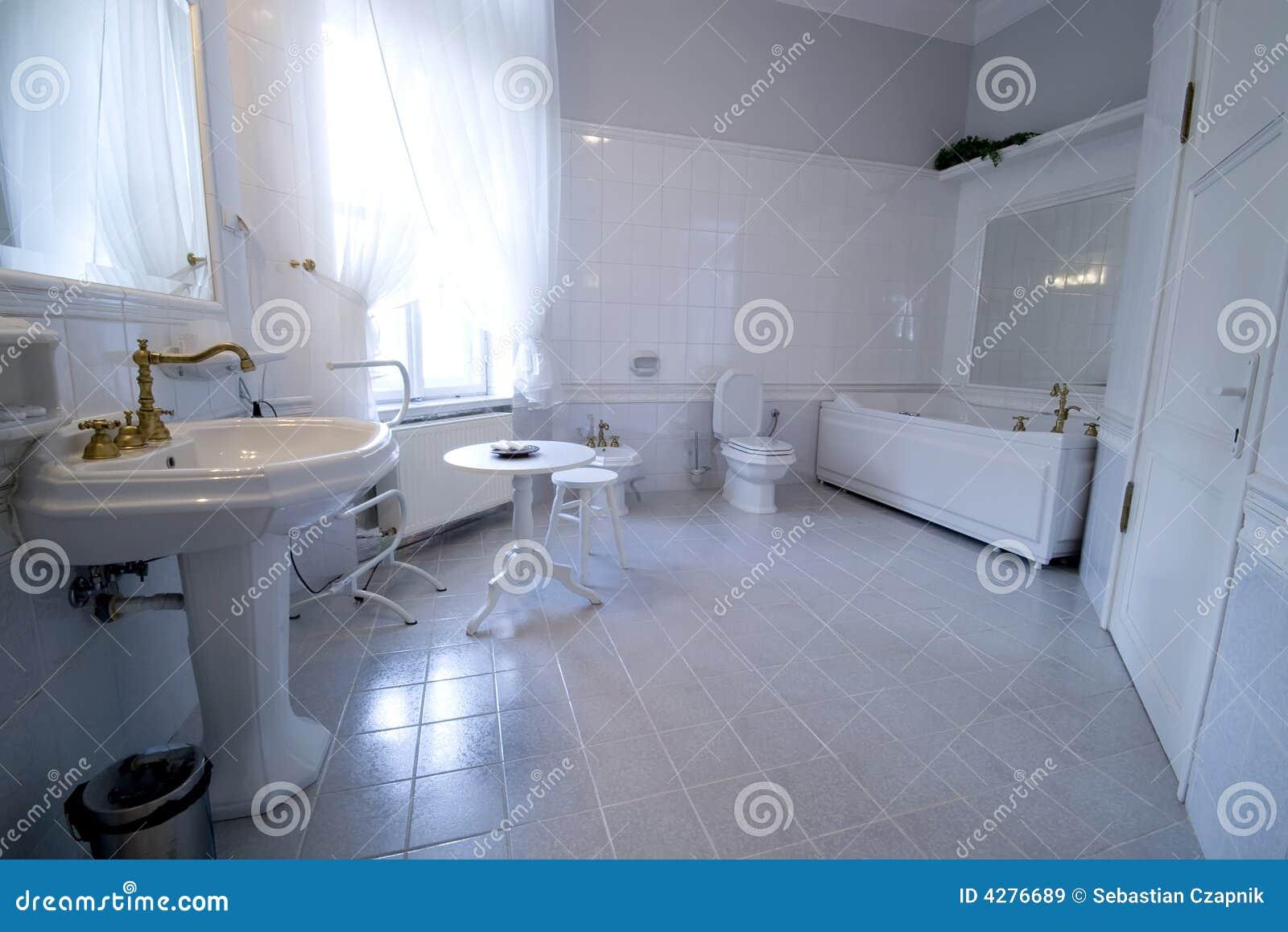 Witte badkamers royalty vrije stock afbeeldingen beeld 4276689 - Witte badkamer ...