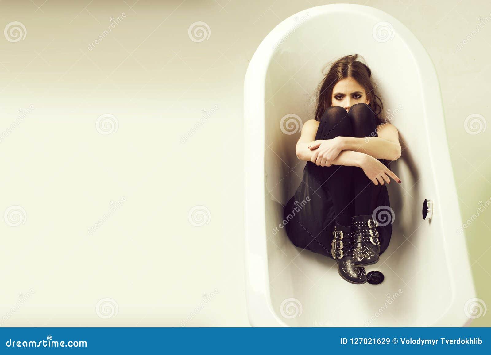 Witte badton en mooie jonge vrouw met zwarte lippen