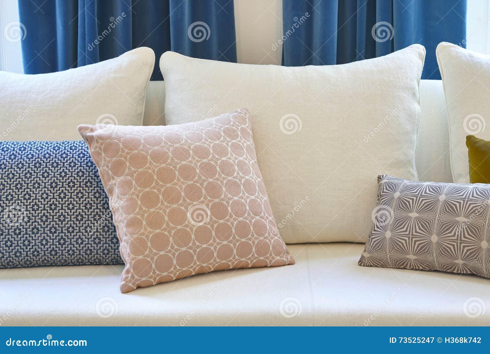 Witte bank met kussens en blauwe gordijnen decoratiebinnenland ...