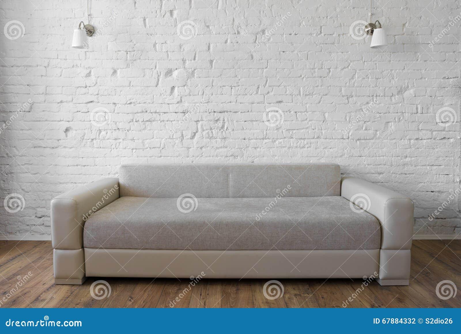 Witte beige de bankzolder van de bakstenen muur houten vloer stock ...