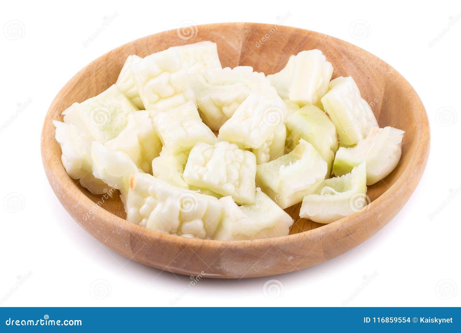 Witte bittere die meloen en plak op een witte achtergrond wordt geïsoleerd