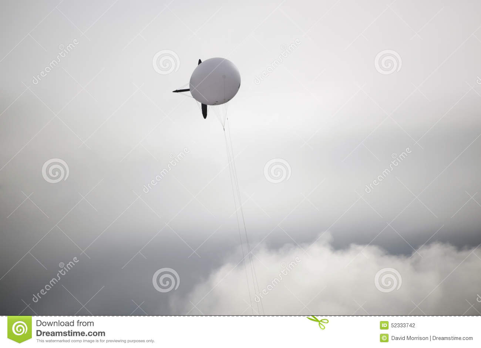 Witte blimp hoog in de grijze hemel