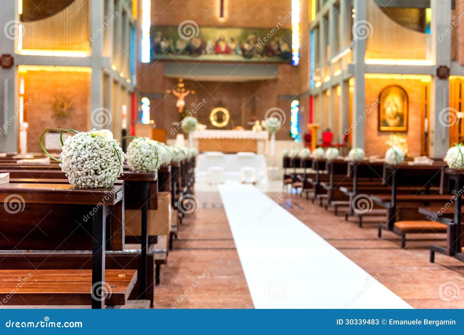 Witte bloemen in kerk stock foto s afbeelding