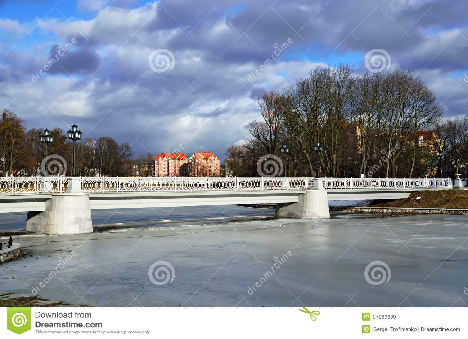Witte brug op het Verhnee-meer (vroeger Oberteich). Kaliningrad, Rusland