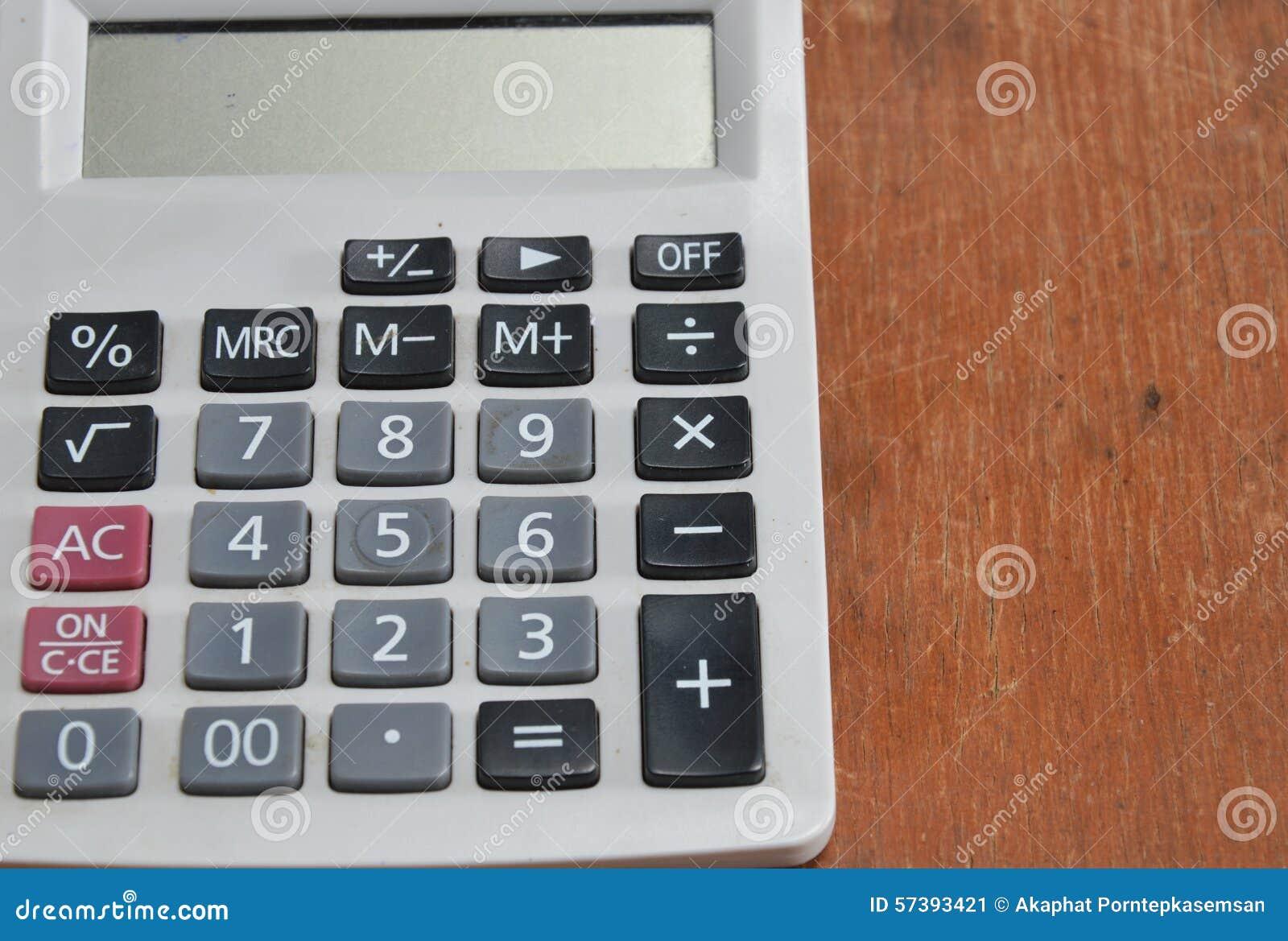 Witte calculator op houten bureau