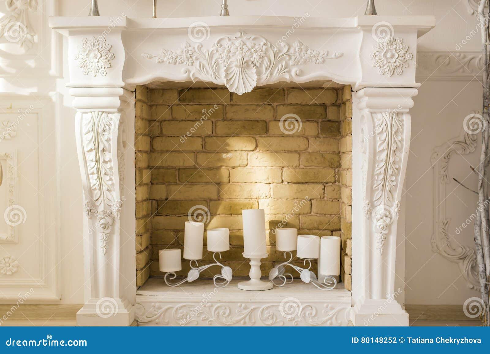 Witte Decoratieve Open Haard Met Kaarsen Stock Foto Image Of Verfraaid Zwart 80148252