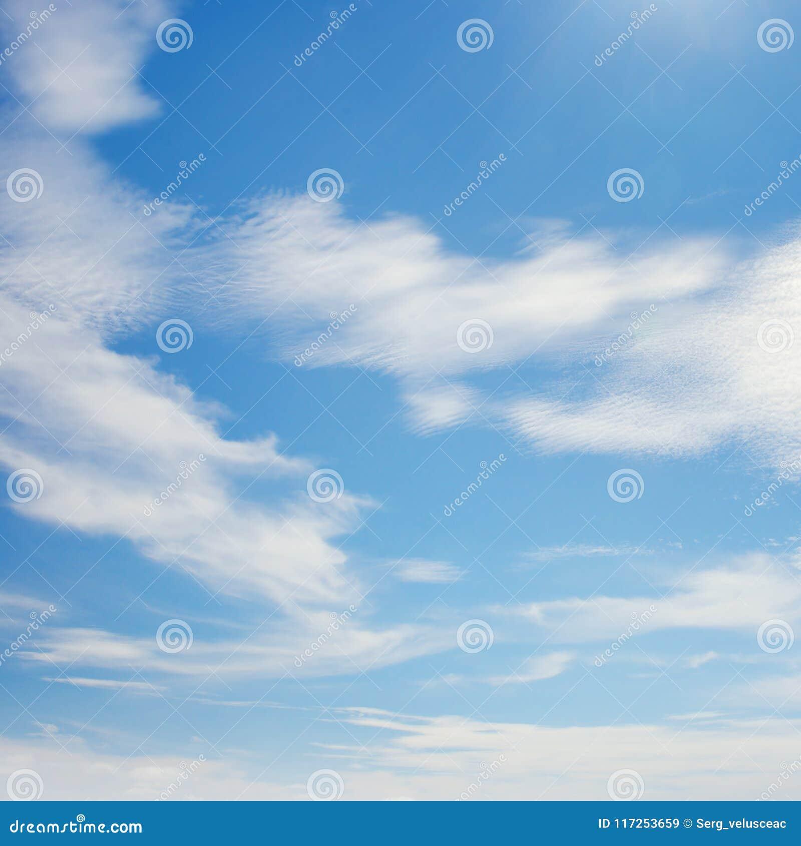 Witte Die Wolken Door Heldere Zon Worden Verlicht Stock Afbeelding ...