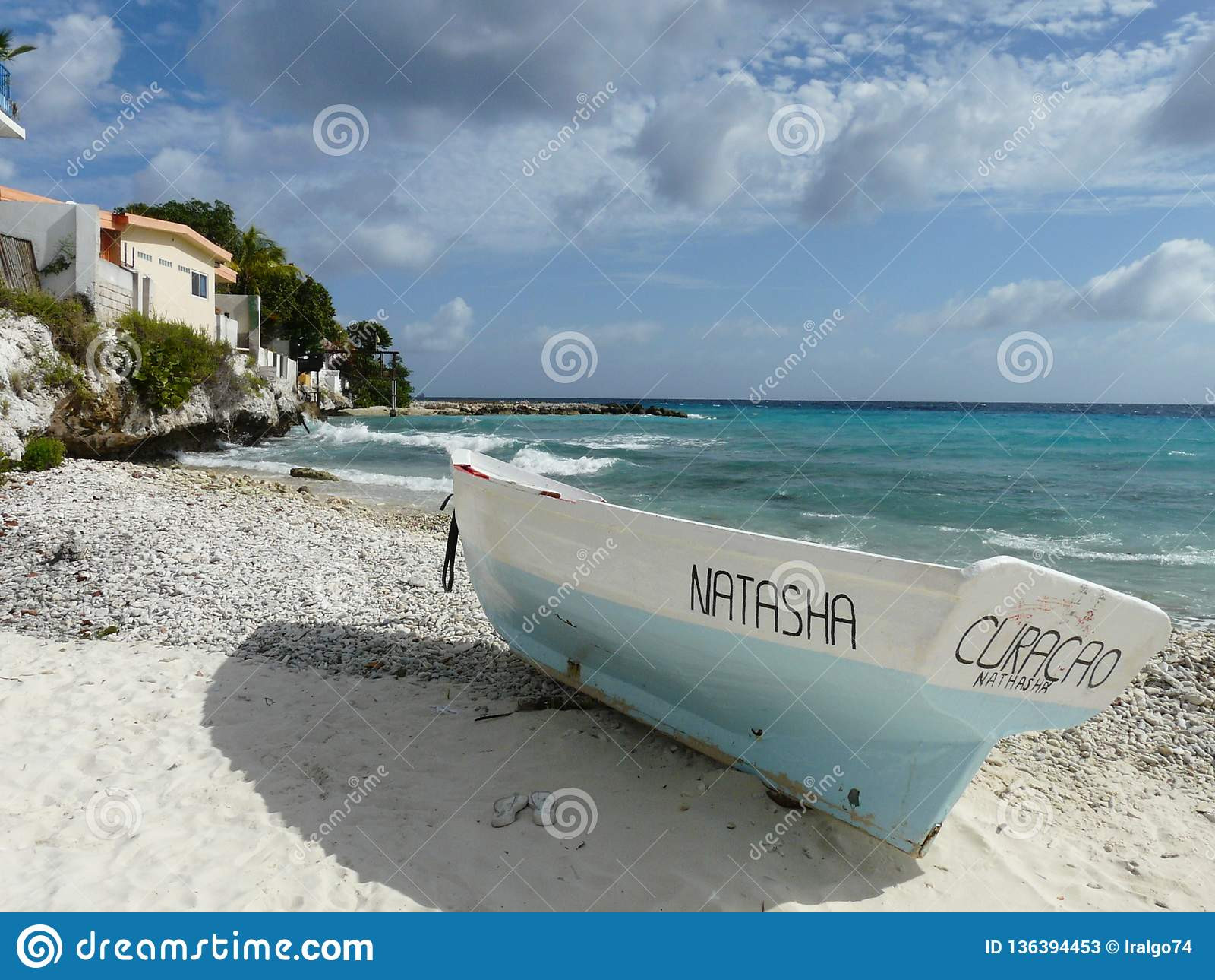 Witte en Blauwe vissersboot door het overzees