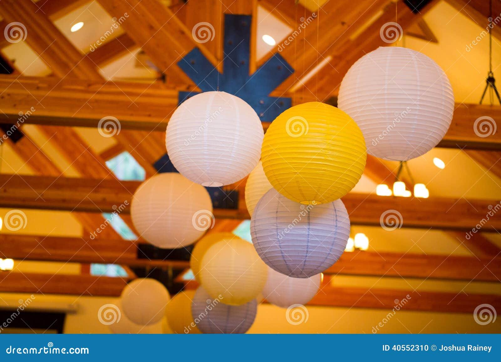 Witte en Gele Document Lantaarns bij Huwelijk