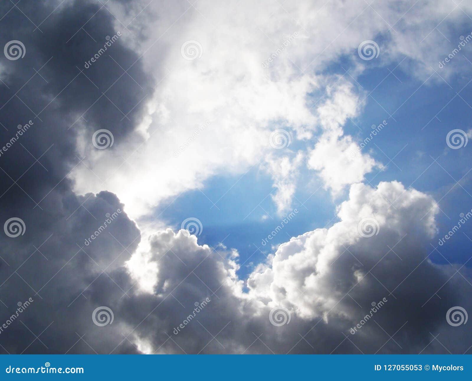 Witte en grijze wolken in de hemel