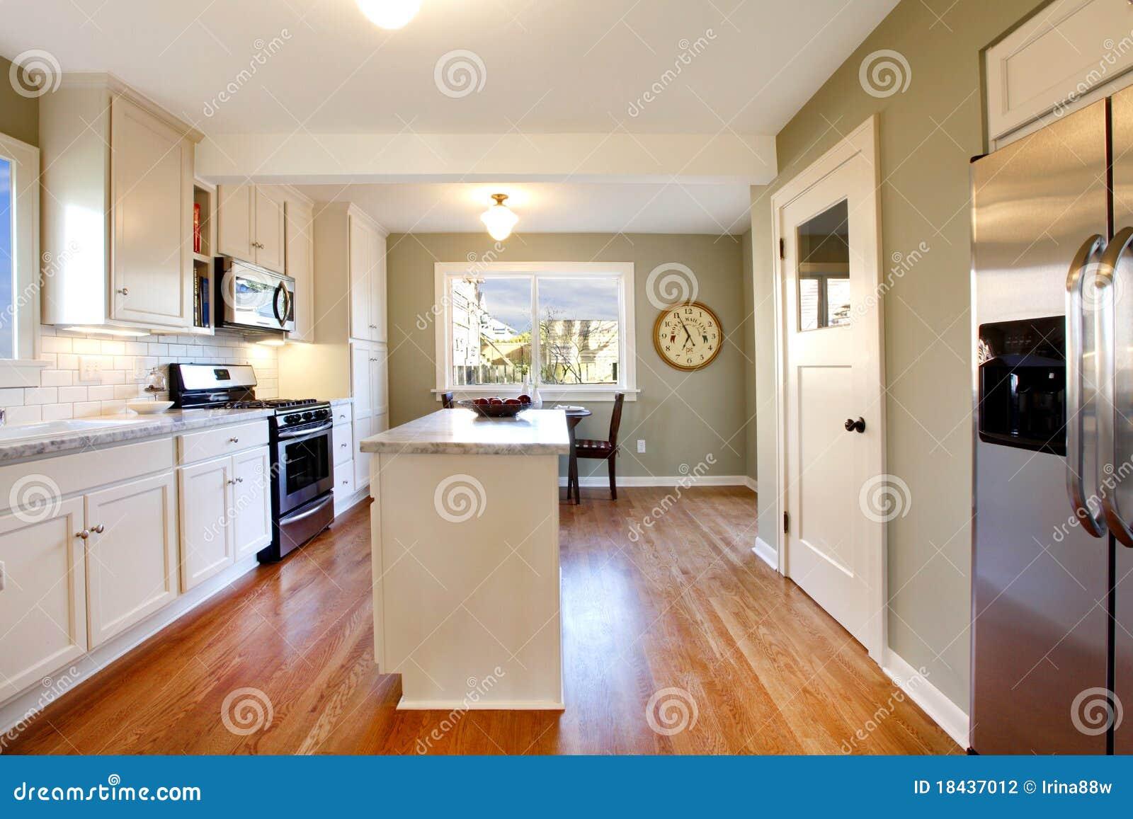 Witte en groene keuken met luxeontwerp stock fotografie ...
