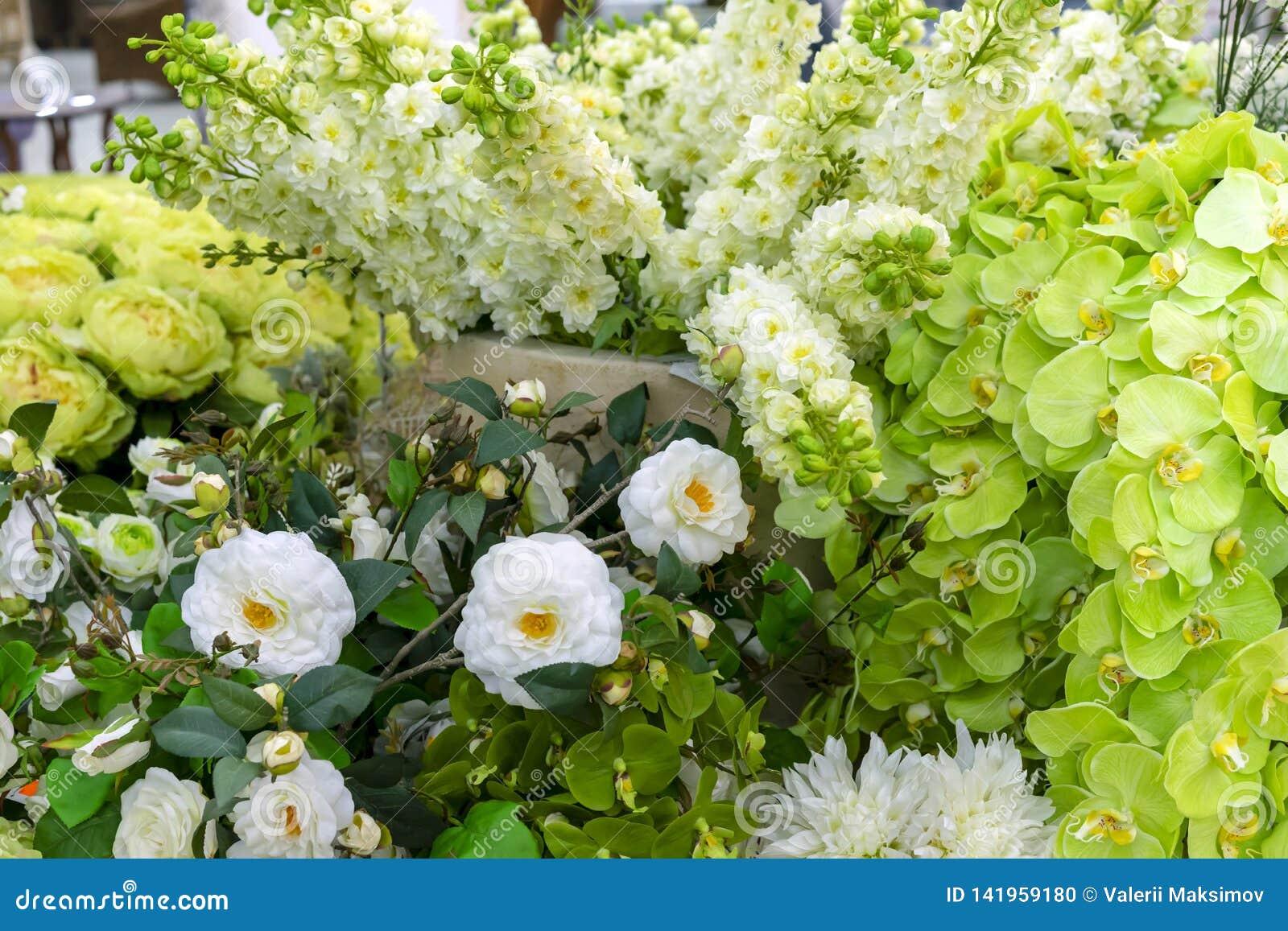 Witte en groene sierbloemen voor feestelijke decoratie van binnenland
