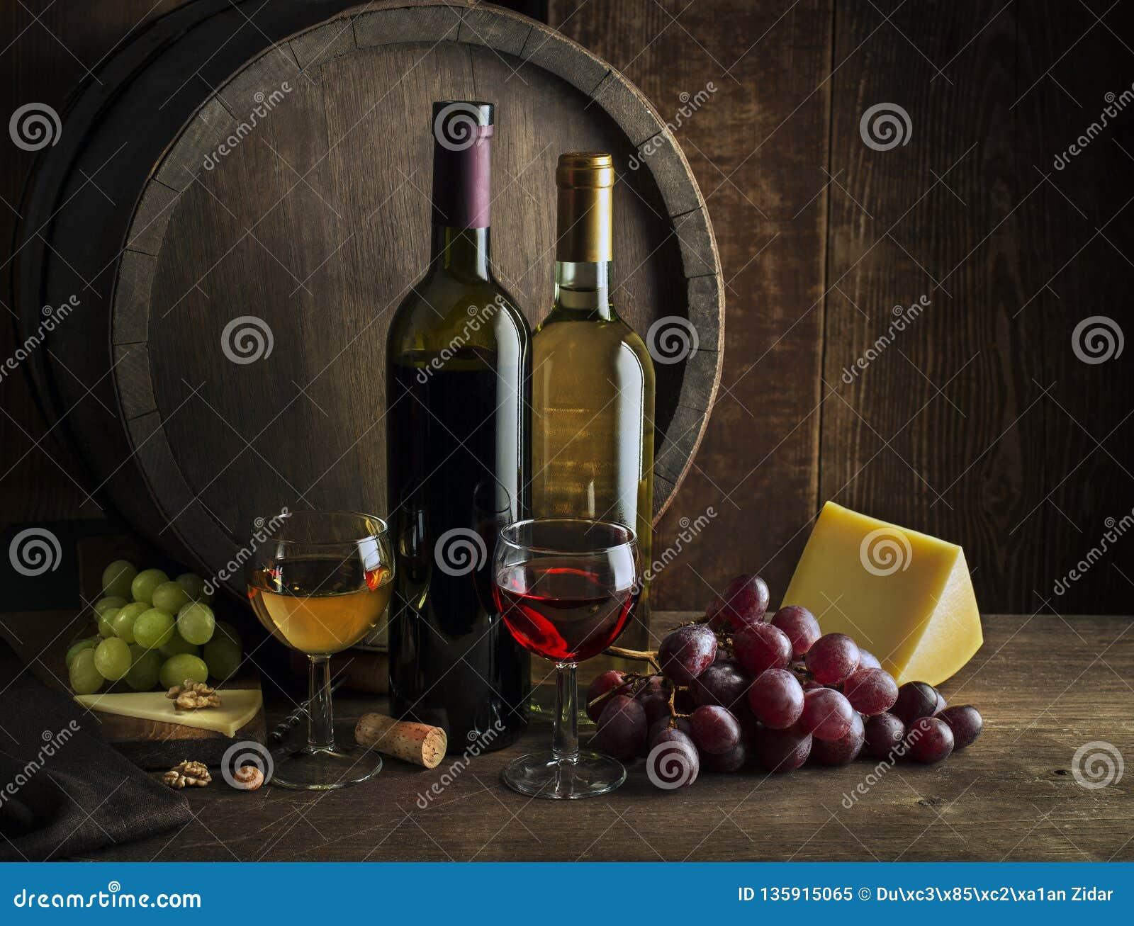 Witte en rode wijnflessen en glazen